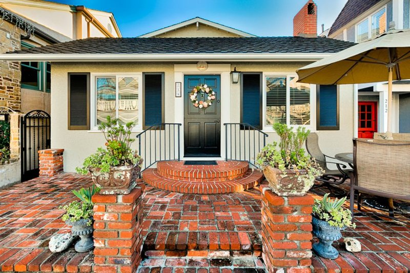 Balboa Beach Home w/ Outdoor Space, Walk to Water, Dining + More!, alquiler de vacaciones en Balboa Island