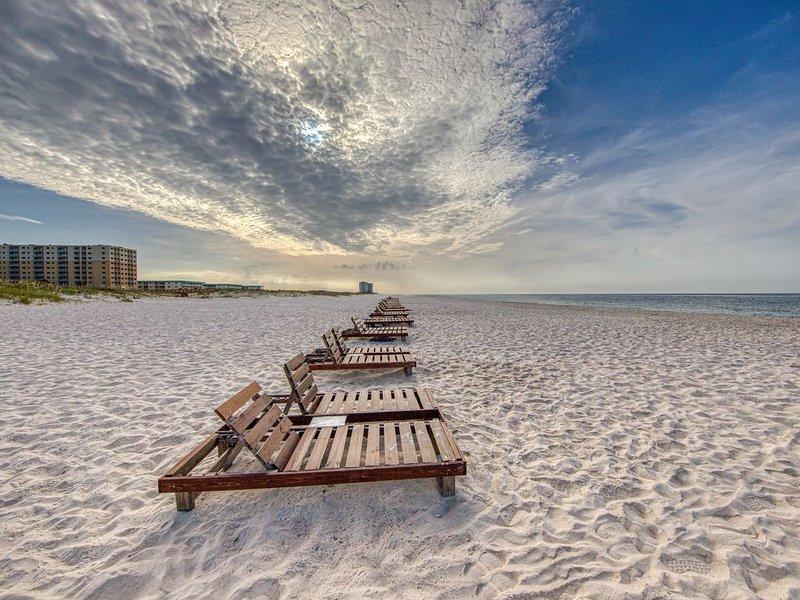 Waterfront getaway w/two shared pools, hot tub, gym & beach access, casa vacanza a Costa del Golfo