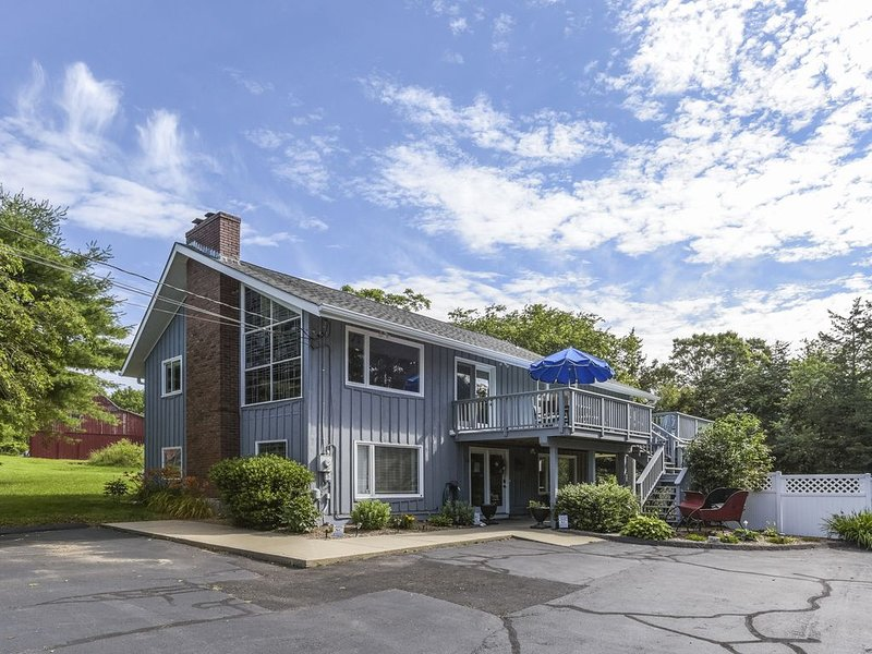 Large, Amazing Contemporary Family/Pet Friendly with plenty of Privacy & Parking, aluguéis de temporada em Connecticut