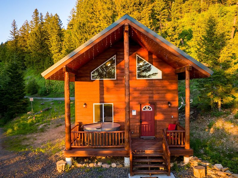 Yellowstone River Cabin. 14 miles to Yellowstone  HOT TUB!, aluguéis de temporada em West Yellowstone