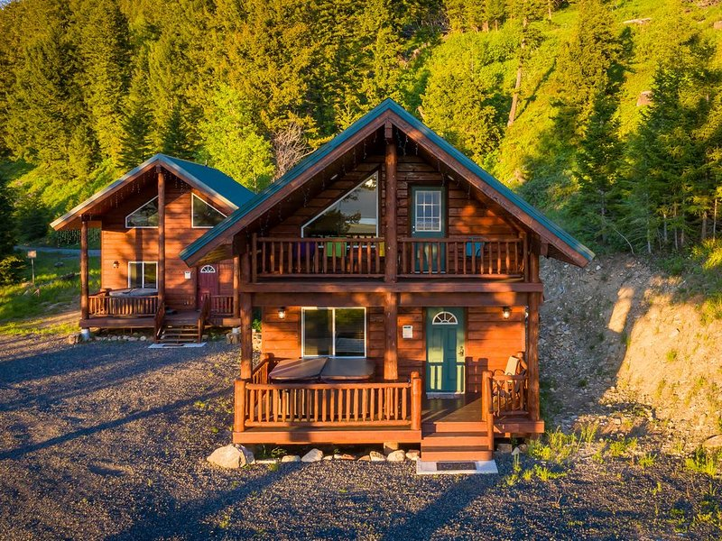 'Madison River Cabin' HOT TUB ON DECK. 14 miles to Yellowstone! Easy Access., aluguéis de temporada em West Yellowstone