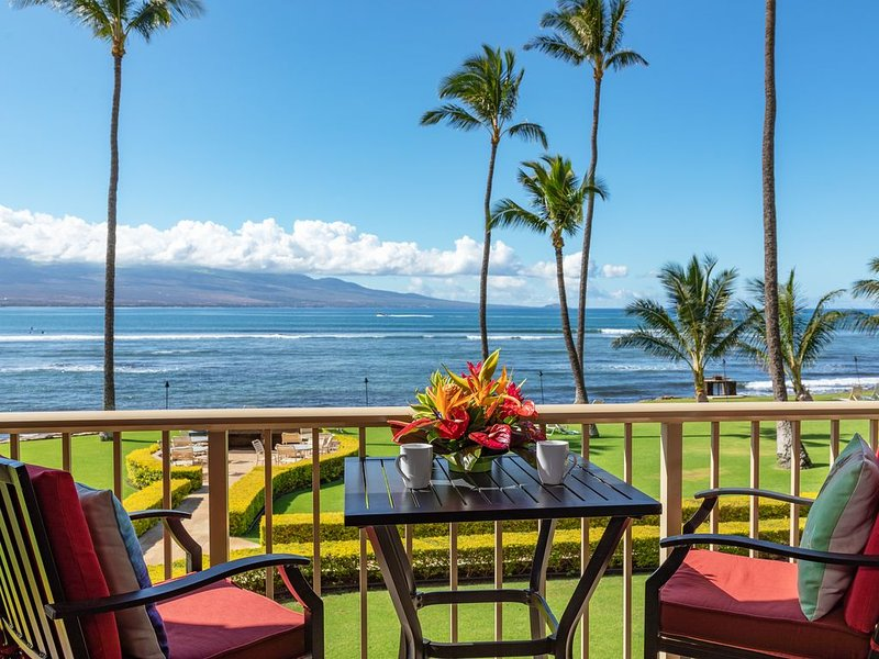 Maui Stunning Prime Ocean Front View of the Bay and Haleakala! *Maalaea Kai 212*, Ferienwohnung in Wailuku