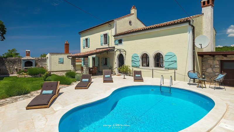 Lovely old restored villa with pool near Vrsar, vacation rental in Vrsar