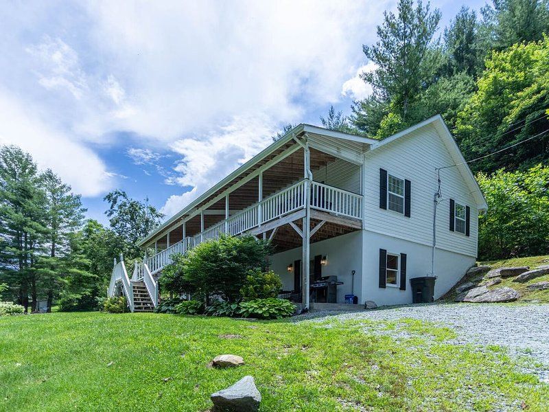 Riverdream - Riverfront home in Valle Crucis with Hot Tub, 175 Feet of Watauga R, holiday rental in Sugar Grove