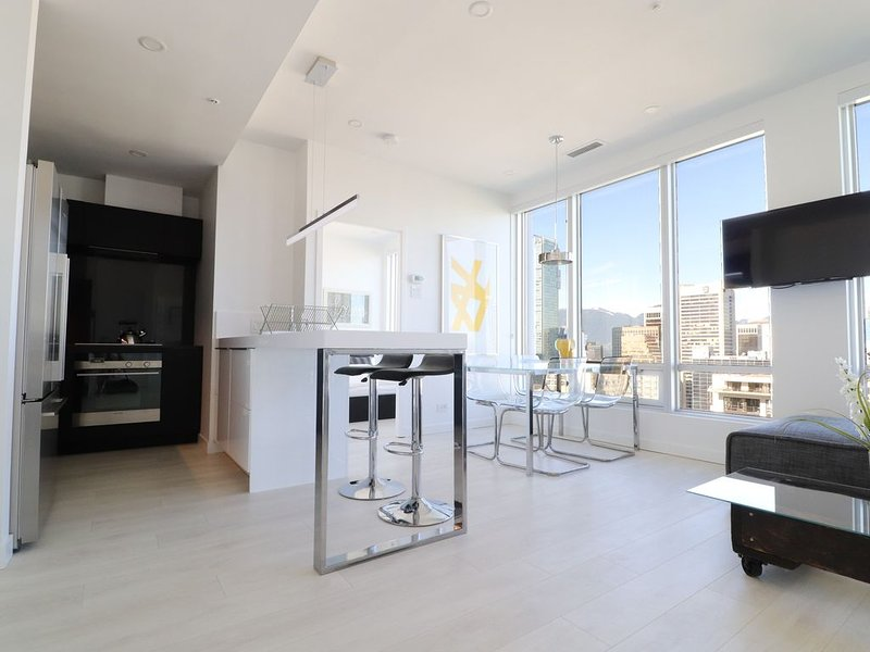 Luxurious 2 BR in ❤︎ Vancouver w/ Incredible Views, holiday rental in Vancouver