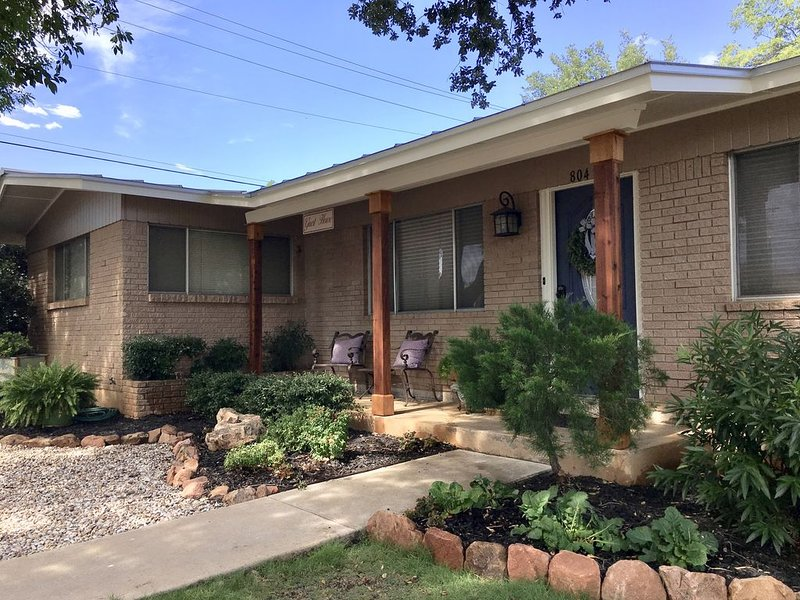 Birmingham House-  Blocks from the Llano River, Shopping, and Restaurants, holiday rental in Bluffton