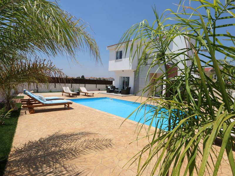 Fantastic Family Villa with amazing Sea Views and Private Pool !!, alquiler vacacional en Liopetri