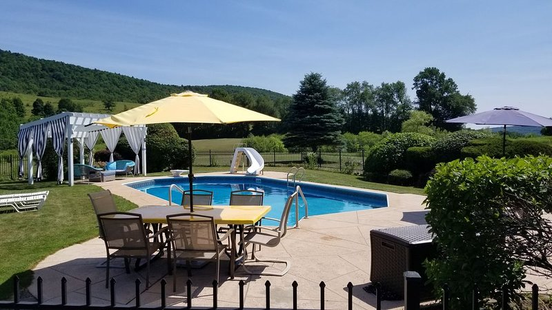 BEAUTIFUL PEACEFUL RUSTIC SETTING FOR 12+, Driving Range, Pool, holiday rental in Maryland