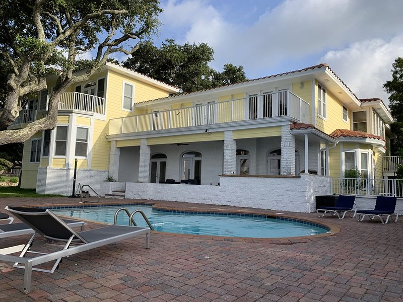 Intracoastal Bay Villa with 500 ft of waterfront!! Sleeps 14, vacation rental in Mary Esther