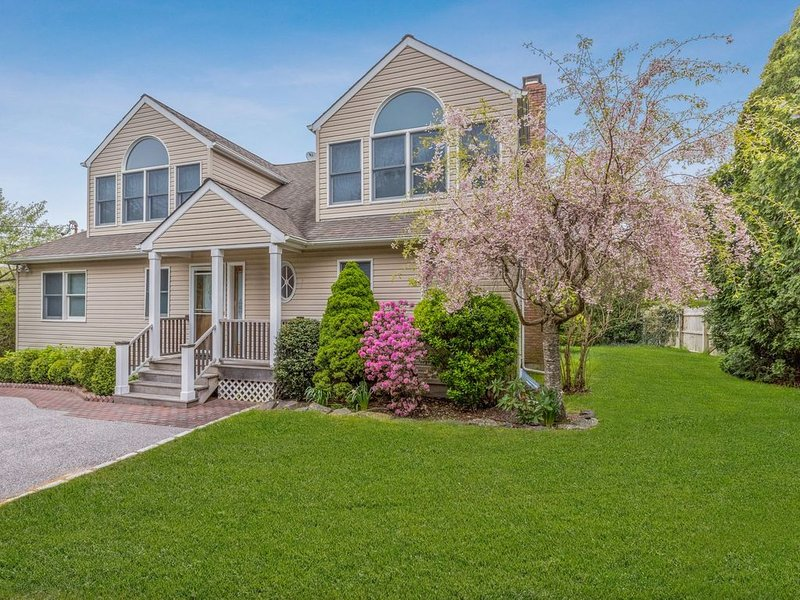 Bright sunny newly renovated Baypoint home 5 minute walk to beach, vacation rental in Sag Harbor