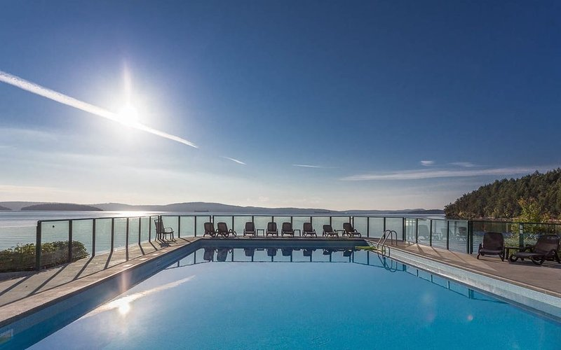Oceanfront Condo: Your Getaway by the Sea, holiday rental in Cowichan Valley Regional District