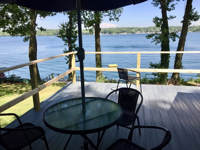 Remodeled Waterfront Cottage with Views of Little Sodus Bay and Lake Ontario – semesterbostad i Sodus Point
