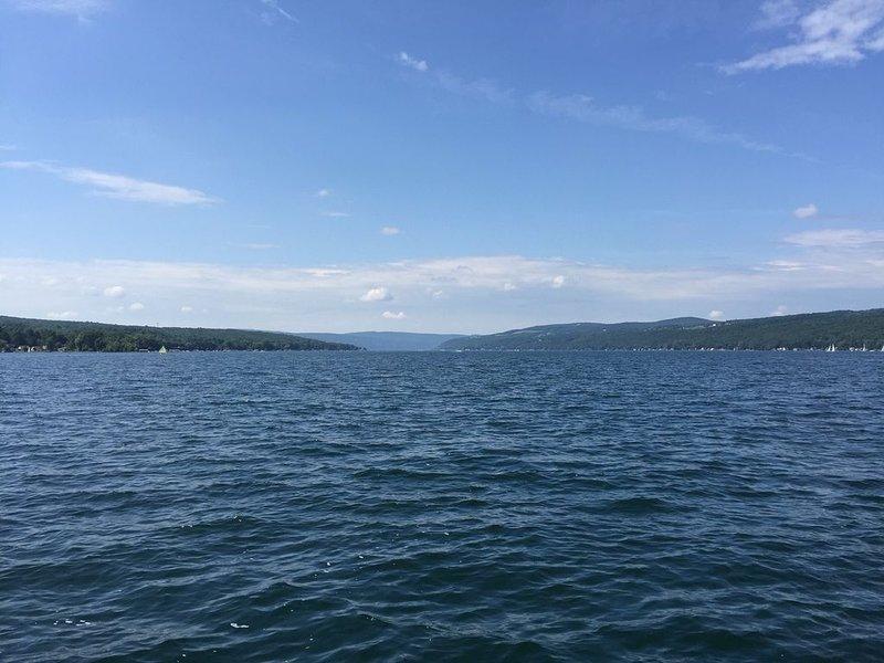 Hermoso lago Keuka. Vista desde el barco en el acantilado
