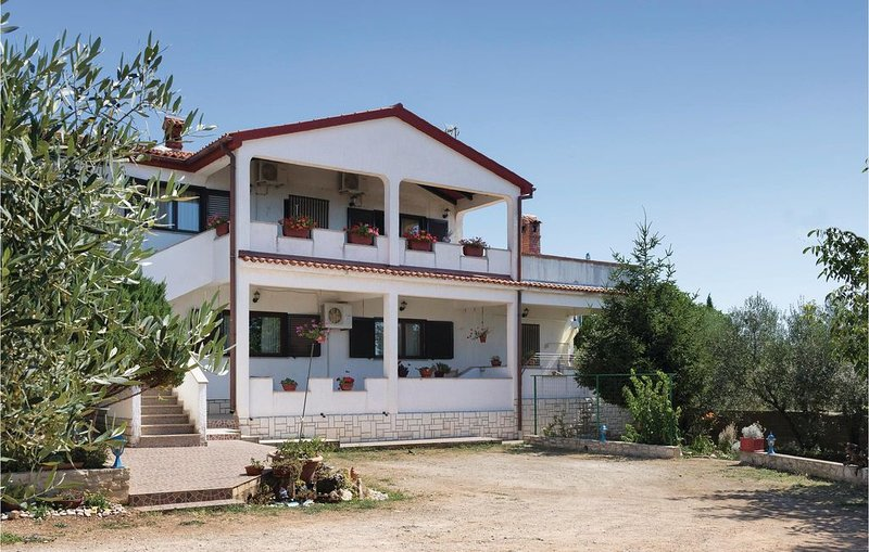 2 Zimmer Unterkunft in Peruski, holiday rental in Pavicini