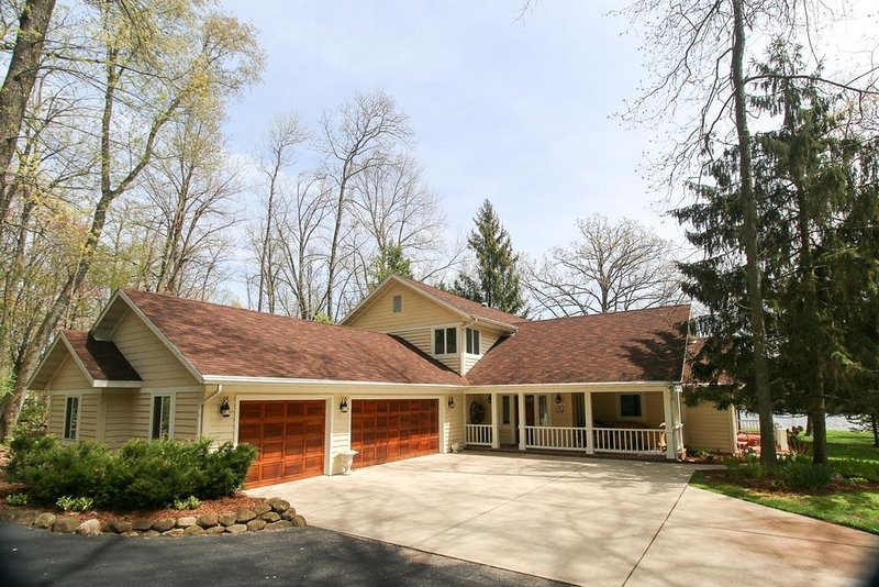 Cozy lake house in a north woods setting. Golfers - only 19 Miles to Erin Hills!, vacation rental in Mayville