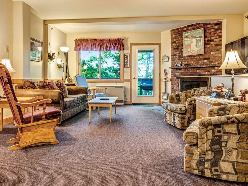 Spacious ski home features shared pool/hot tub and easy access to nearby trail!, vacation rental in Newry