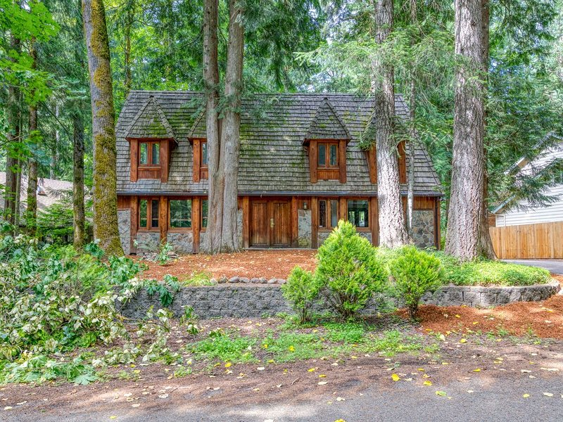 Charming lodge-style home w/ fireplace, private hot tub, & shared pool access!, location de vacances à Rhododendron
