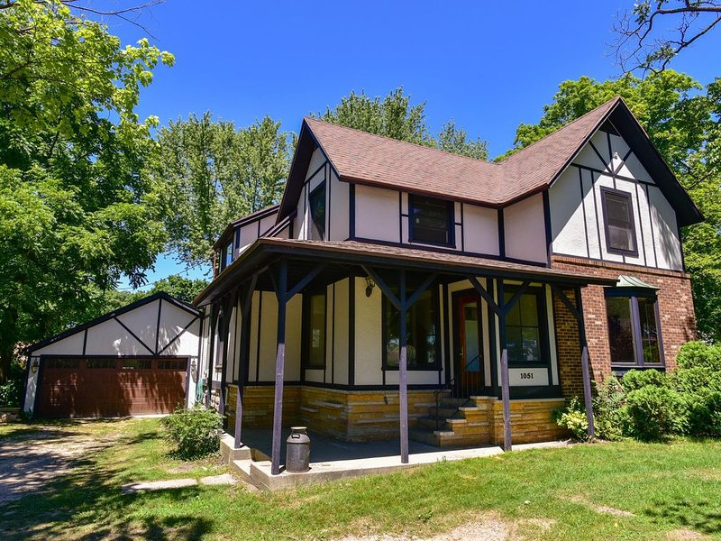 Tudor Home with Private Swimming Pool, location de vacances à South Haven