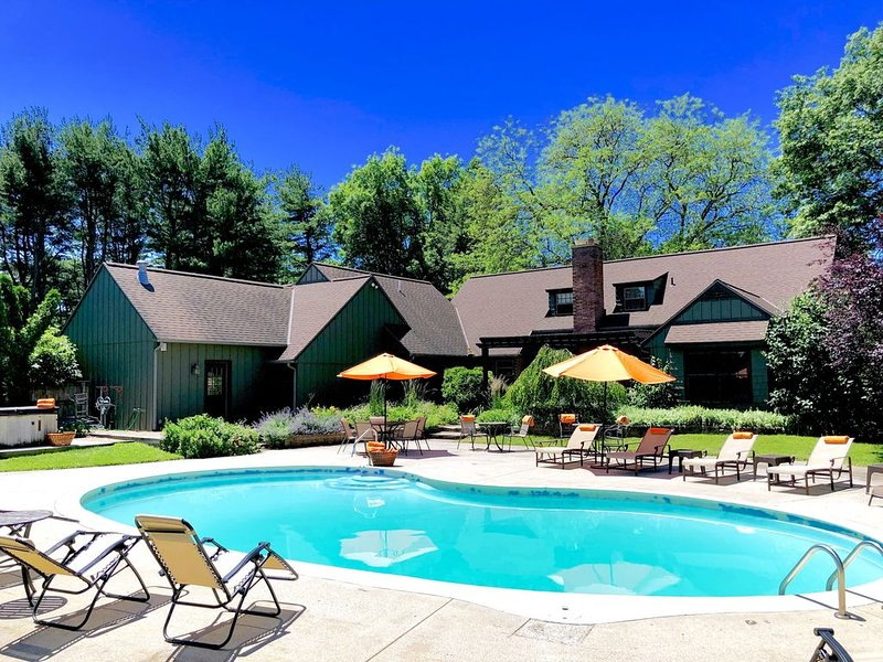 ALLEGAN ACRES Private3Acres,Pool,HotTub,Retreats,Events,Fireplce,FirePit,PingPng, holiday rental in Allegan