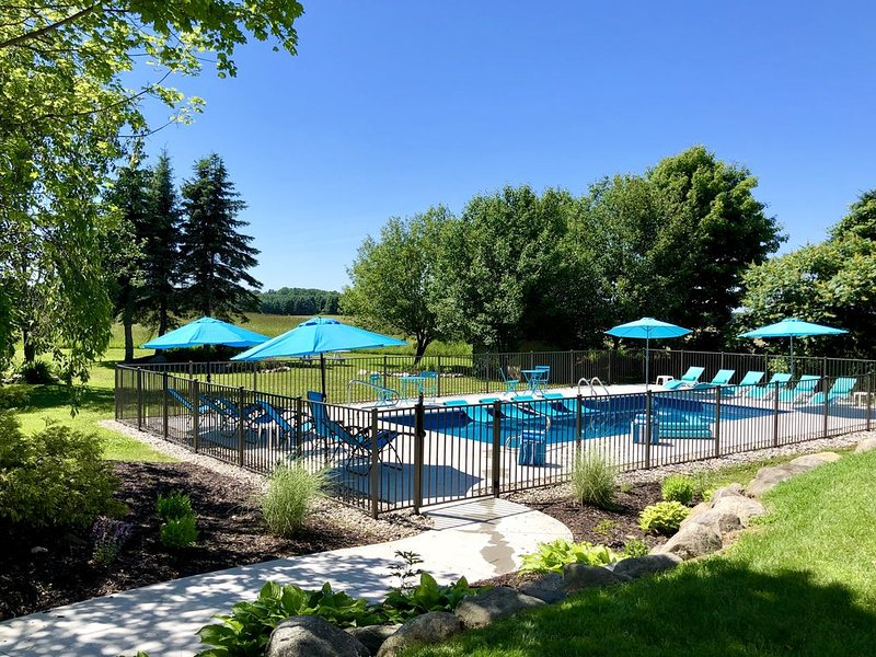 ALLEGAN ORCHARDS Weddings,Retreats,Events,Pool,HotTub,3 Acres,Fireplce,FirePit, holiday rental in Fennville