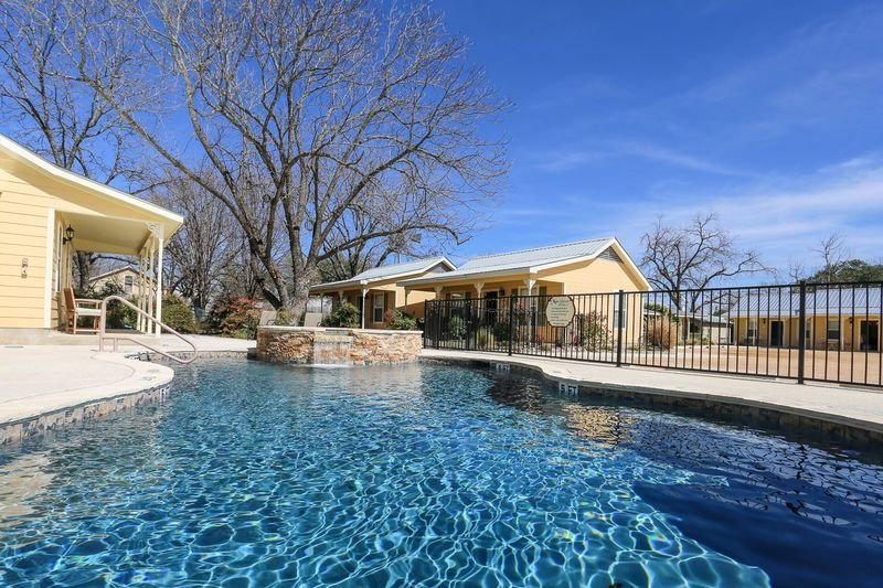 Main Street Retreat Geese on the Gibbons | King Bed | Hot Tub/Pool Access, vacation rental in Fredericksburg