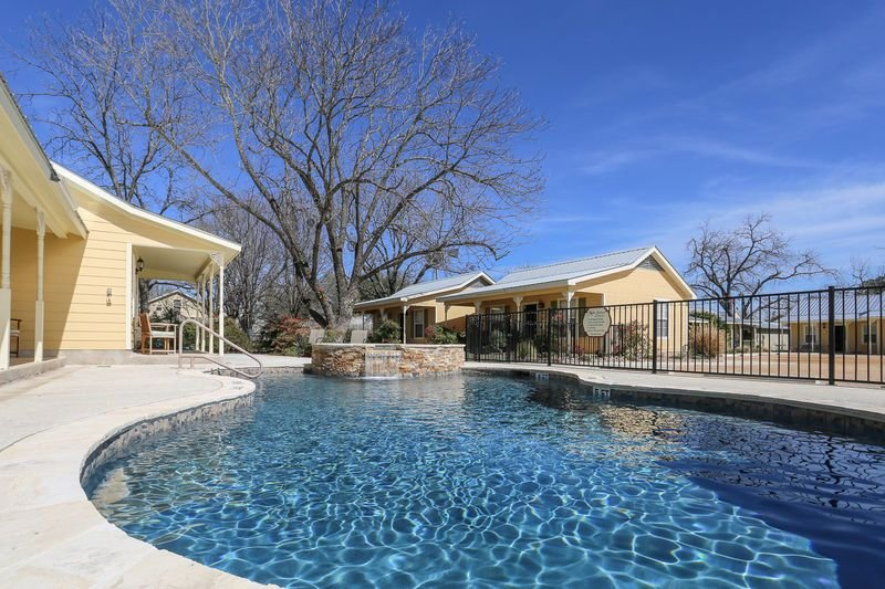 Main Street Retreat Half Penny Cottage | King Bed | Shared Hot Tub/Pool Access, vacation rental in Fredericksburg
