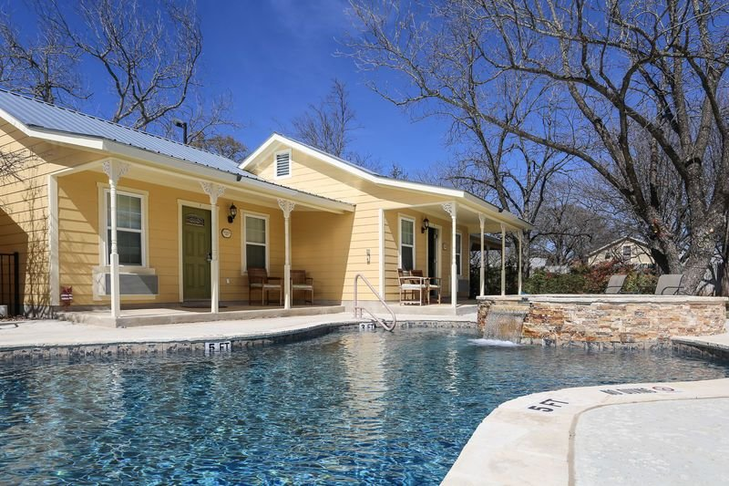 Main Street Retreat Butterworts Suite | King Bed | Shared Hot Tub/Pool, vacation rental in Fredericksburg