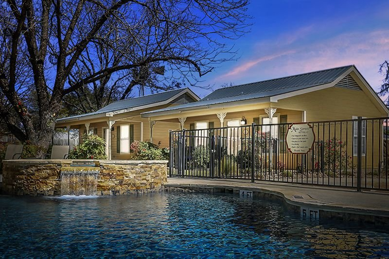 Main Street Retreat Away from it all suite | King Bed | Shared Hot Tub/Pool, vacation rental in Fredericksburg