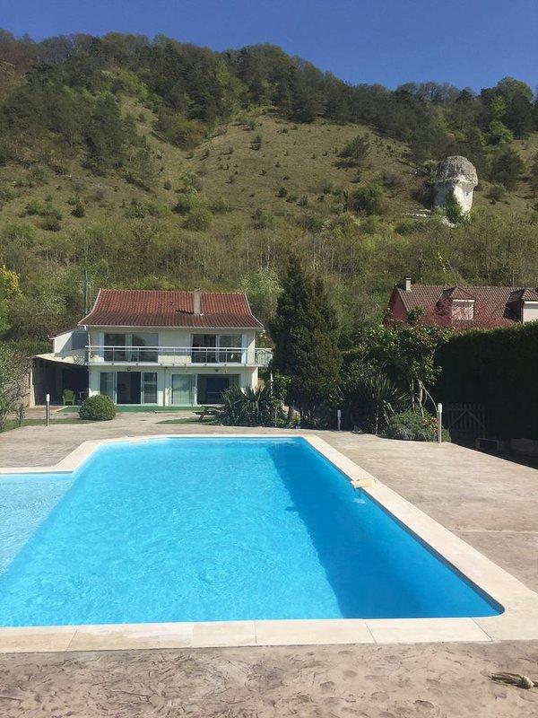 casa ensolarada e piscina protegida pela colina de 2 Amantes