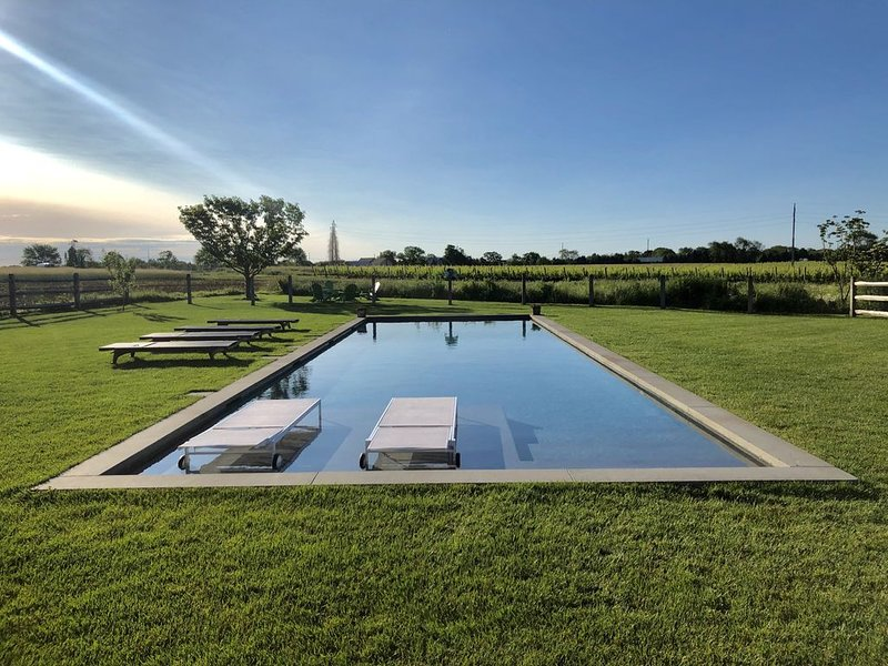 Curated Country Living In A Historic Farmhouse, vacation rental in Southold
