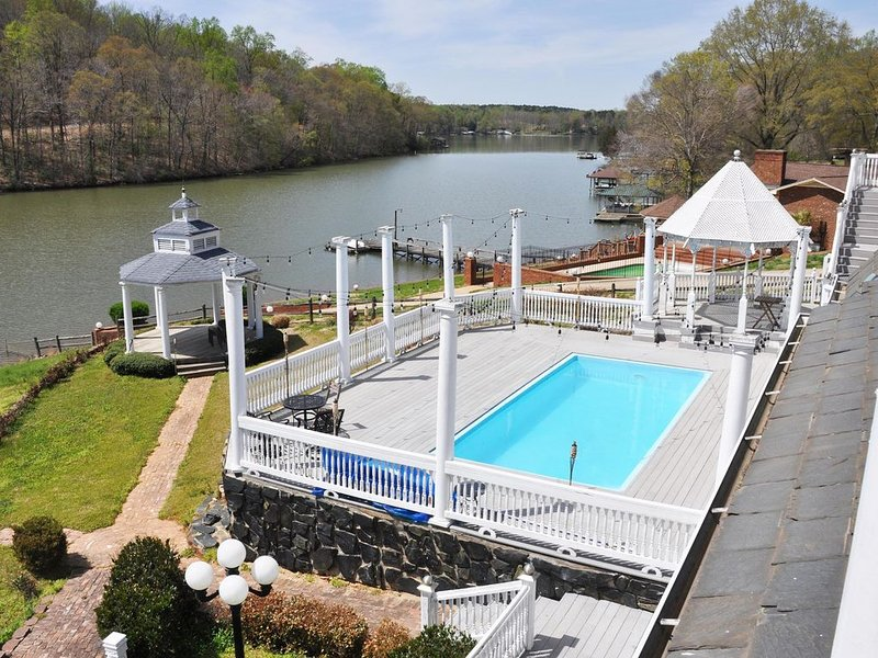 6 Bed Lakefront Villa with a Pool!, aluguéis de temporada em Mount Holly