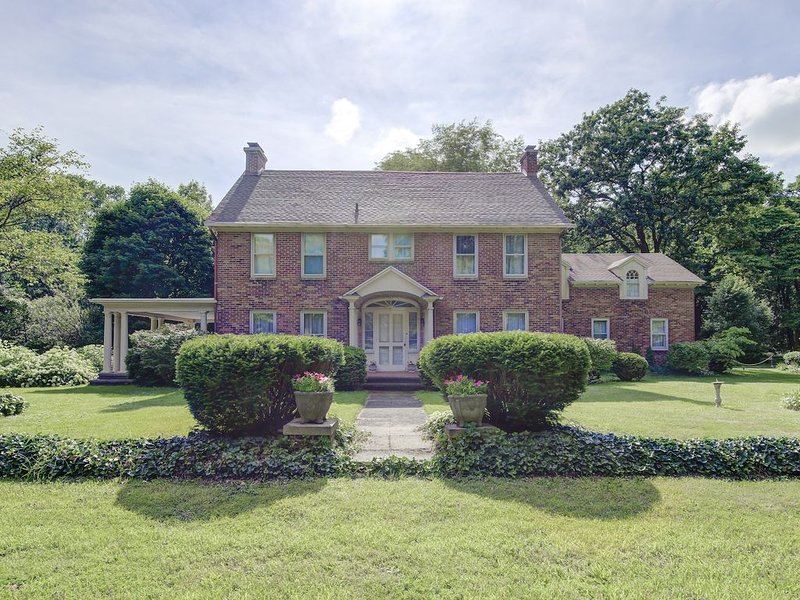 Elegant, spacious, circa 1925 brick home in a private setting, location de vacances à New Carlisle