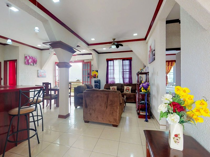 Charming getaway in the heart of Belize City w/WiFi, partial AC & home comforts!, location de vacances à Belize City