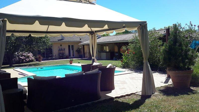 Villa independante parc et piscine privée . Ramassez vos oeufs coque, holiday rental in Saint Martin de Coux