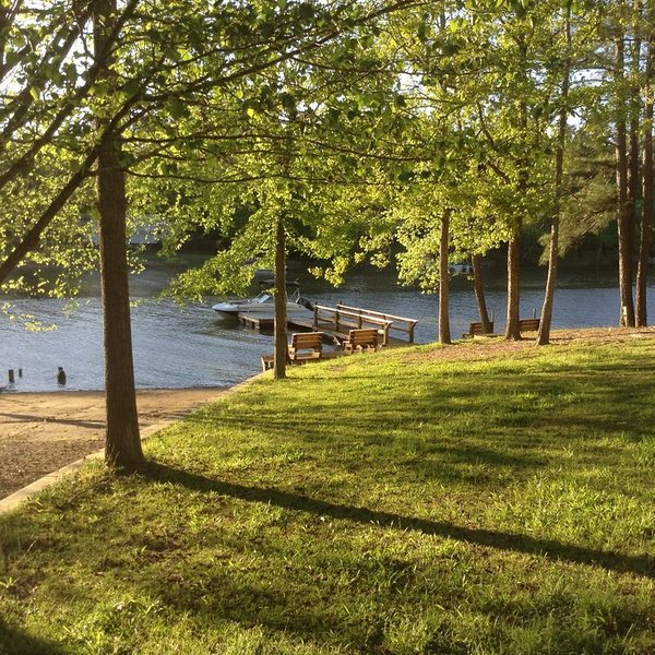 Waterfront Cabin at Lake Wateree with Private Dock, Fire Pit, alquiler vacacional en Camden