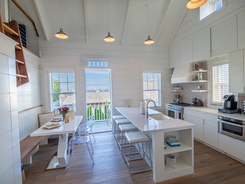 Stunning Harbor View 'Elizabeth' Cottage! 5-min. Walk to Main Street!, aluguéis de temporada em Nantucket