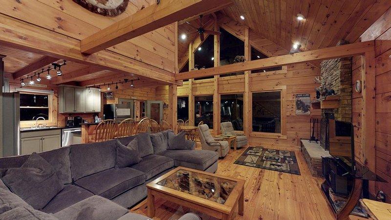 Wohnzimmer mit offenem Grundriss. Großer Flachbildfernseher und DVD-Player