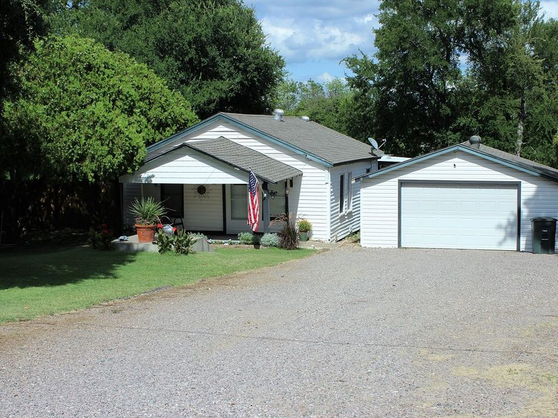 C Street Cabin - Soldier Creek / Marina Del Ray,  Lake Texoma, holiday rental in Kingston