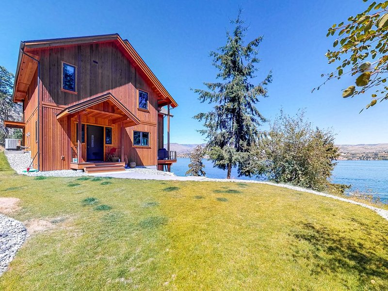 Beautiful home w/lake access, private dock - unparalleled views!, aluguéis de temporada em Chelan
