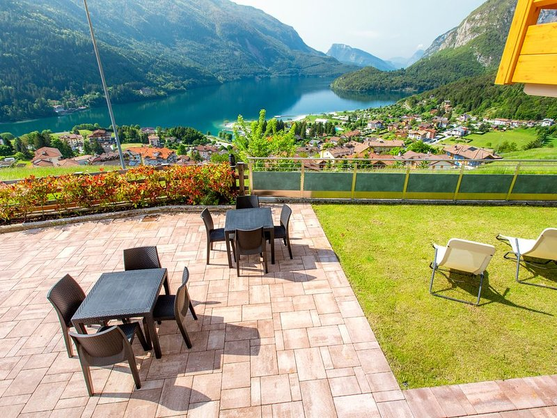 LODGE WITH AMAZING VIEW OF THE LAKE AND THE DOLOMITES, holiday rental in Vezzano