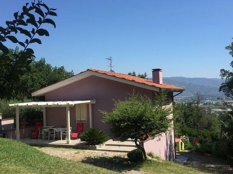 Villetta di nuova costruzione immersa nel bosco di querce, pini e corbezzoli, holiday rental in Montecarlo