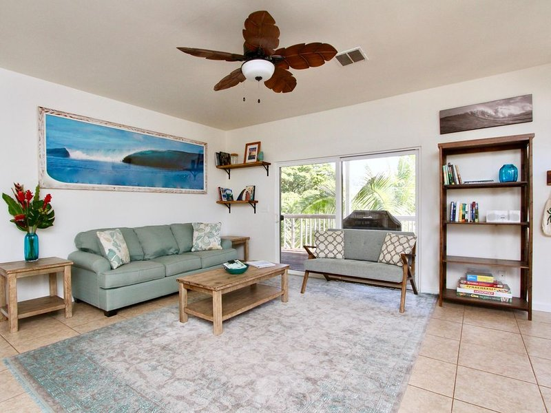 Hawaiian Style Home With a Huge Deck Close to Rocky Point, holiday rental in Haleiwa