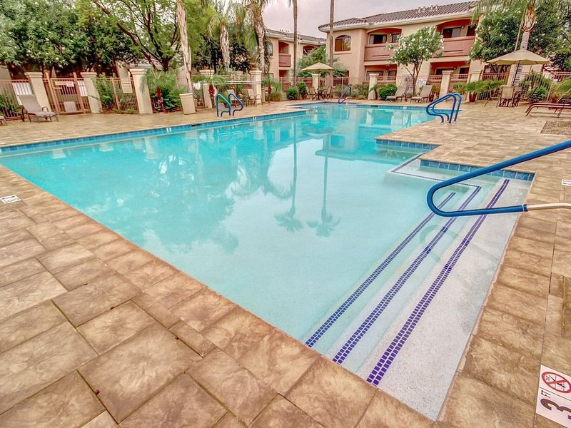 Resort Living- Gated Desert Breeze Condo , 2 BR- 2 King Beds!, Heated Pool!, holiday rental in Tolleson