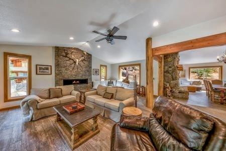 Modern Mountain Home, Hot Tub, Shuffle Board and Close to Beach, alquiler de vacaciones en Zephyr Cove