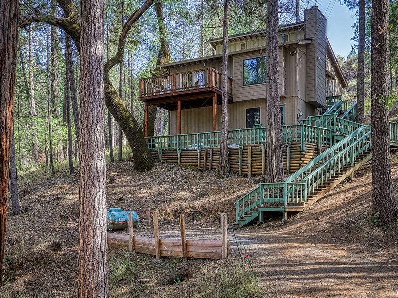 Woodland home w/ deck, shared pool, forest views & onsite golf and lake, holiday rental in Dogtown