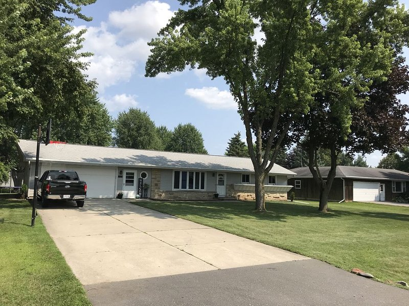 4 miles to EAA.  Minutes from everything. Remodeled and fun, vacation rental in Oshkosh