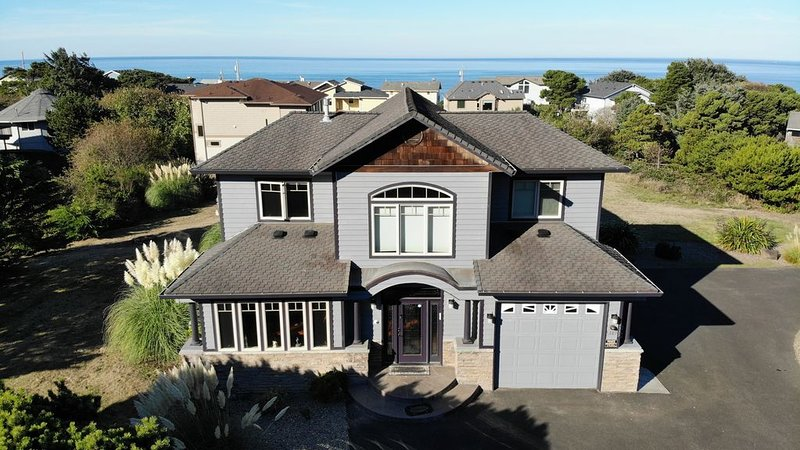 Beach Castle 4Br Home with Super Ocean View Road's End Easy Beach Access Hot Tub, holiday rental in Lincoln City