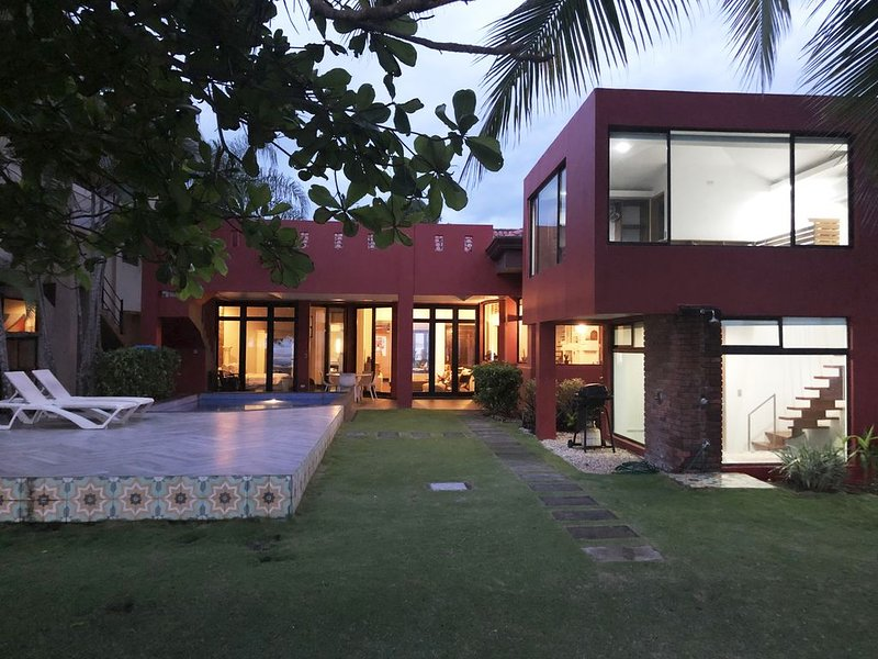Playa Hermosa Beach Front Modern Home w/Separate Guest house Amazing Ocean View, location de vacances à Playa Hermosa
