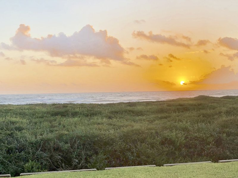 Beachfront on Ground Floor! Gorgeous Views!! 2 Bedroom/2 Bath, holiday rental in South Padre Island