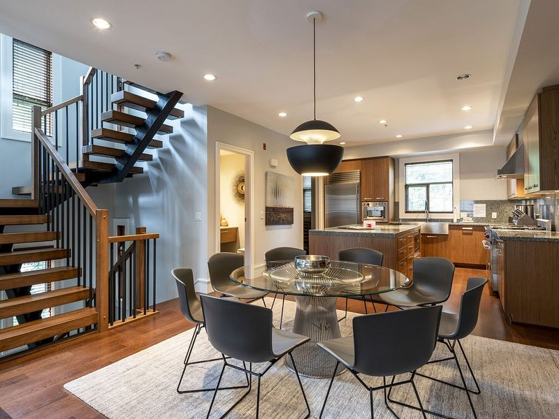 Executive West Coast Contemporary Townhome with Private Hot Tub, vakantiewoning in Pemberton